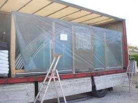 L'abri de piscine est entreposé dans un camion, avant d'être acheminé chez le client final