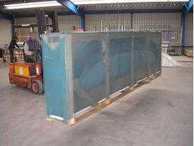 Un transporteur prend en charge un abri de piscine dans l'entrepôt où est situé les nombreux modèles d'abri de piscine