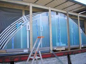 Pour le transport, l'abri de piscine est conditionné dans une caisse en bois