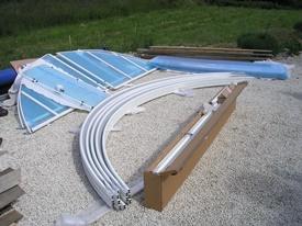 Les pièces d'un abri de piscine en kit