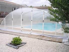 Abri de piscine en kit monté et posé sur une piscine