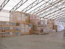 Entrepôt contenant les modèles d'abris de piscine en kit
